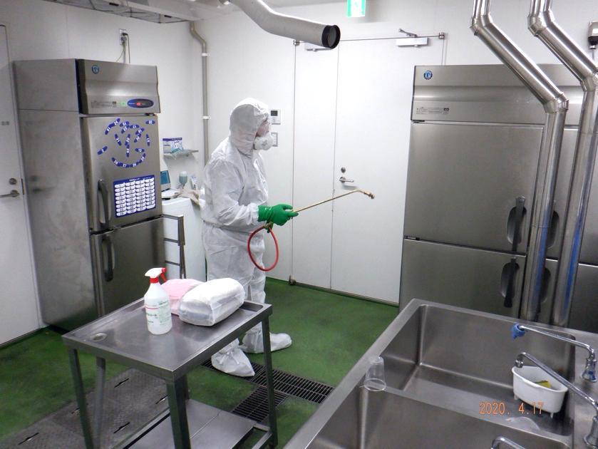 全自動噴霧器(ハンドスプレヤー)による消毒剤の全面噴霧処理