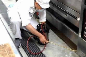 調査結果に基づき、薬剤噴霧など適切な方法による定期的な統一的防除施工をを実施します。